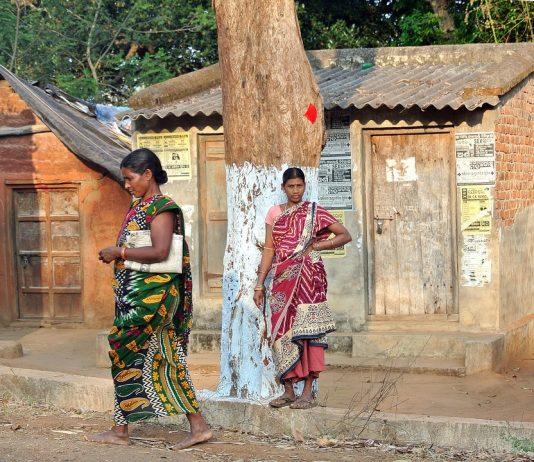 Tribal women from Odisha standing on the roadside.