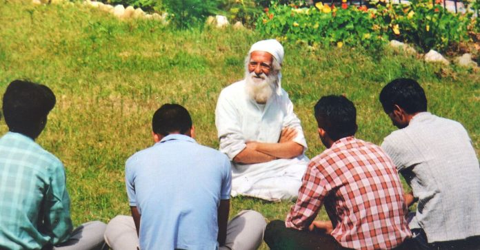Environmentalist Sundarlal Bahuguna with activists at Tehri/Wikimedia Commons