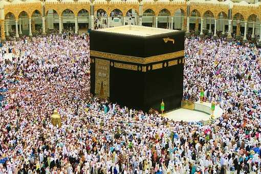 Prayers being offered in non-pandemic times around Kaaba in the Grand Mosque Complex in the city of Mecca/Image:Pixabay